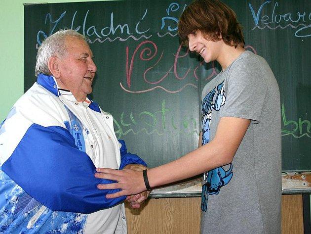 Augustin Bubník (vlevo) na návštěvě ve velvarské základní škole