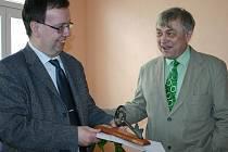 NÁMĚSTEK hejtmana Marcel Hrabě přebírá symbolický klíč od budovy z rukou ředitele školy.