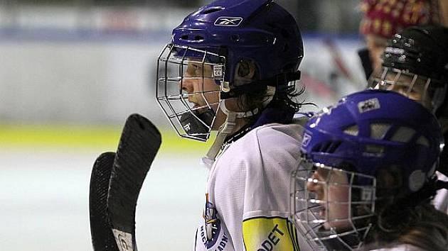 Kladenské hokejistky sledují neúspěšný tlak spoluhráček ....