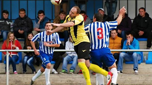 Rudolf Rešl (ve žlutém) dal Čelákovicím tři branky a zásadně tak přispěl k výhře 4:2.