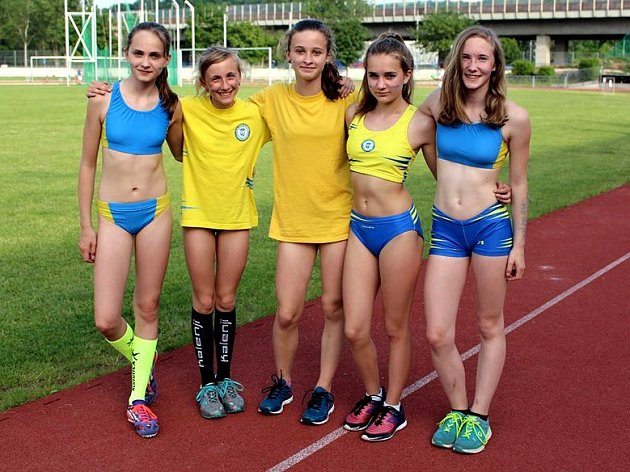 Tereza Lamačová (vlevo) a její kamarádky z AC Tepo Kladno.