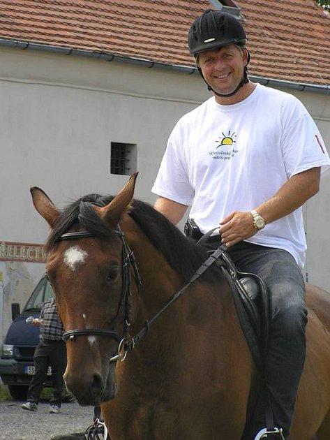 Petr Bendl v jezdeckém.