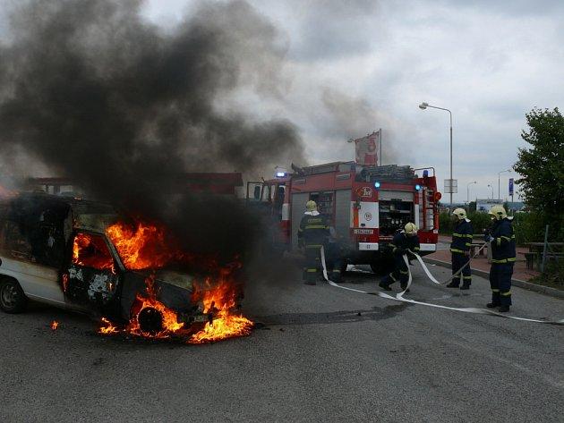 Plameny zachvátily automobil ve Velké Dobré.