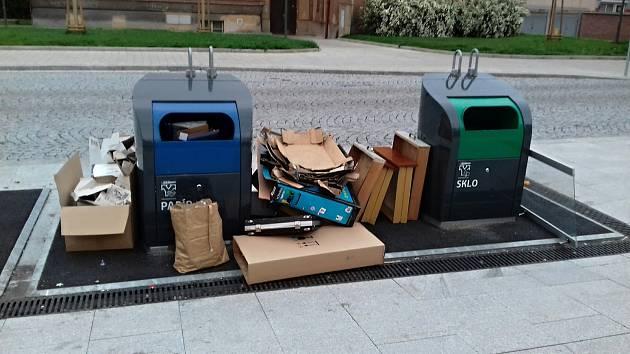 Podle odborníků se podzemní kontejnery v Kladně osvědčily. Přesto povalující se odpad vypadá v ulicích nevzhledně. Nedělní snímky z náměstí Edv. Beneše, kde jsou v sousedství hned dvě ubytovny.