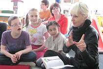 MEZI DĚTI ZAVÍTALA také partnerka projektu podpory mateřských škol a známá spisovatelka Bára Nesvadbová, která jim přečetla jednu ze svých pohádek.