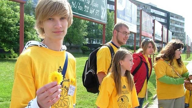 Žáci středních škol ve středu vyrukovali ve žlutých tričkách na tradiční Květinový den.