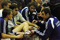 Jiří Polanský (vpravo) neváhá mladému liberu Petru Minaříkovi (vlevo) poradit.