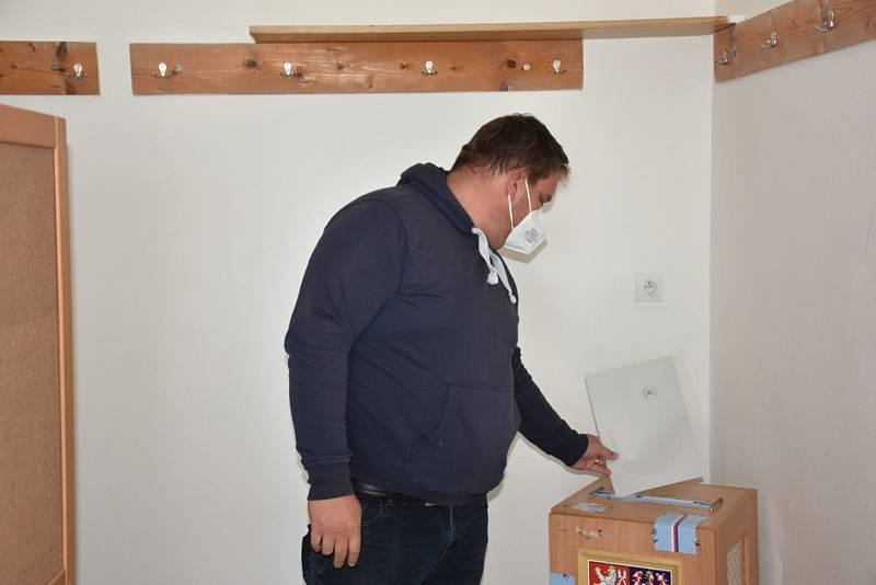Volby se v Žižicích mimořádně přesunuly do fotbalových kabin.