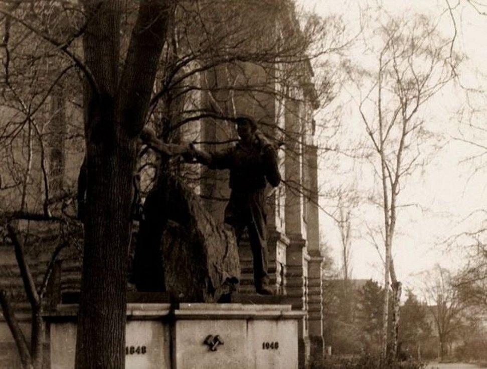 Váňův kámen v parku u kladenského gymnázia.