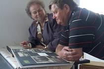 NÁVŠTÉVNÍCI si mohli prohlédnout staré fotografie svých známých v dobovém fotoalbu.