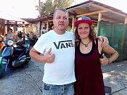 Klára Kašparová v kladenském skateparku působí i jako trenérka. Na snímku také s Josefem Bílkem - správcem areálu.