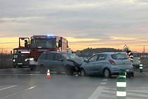 U Slaného se srazila čelně dvě auta, tři lidé se zranili.