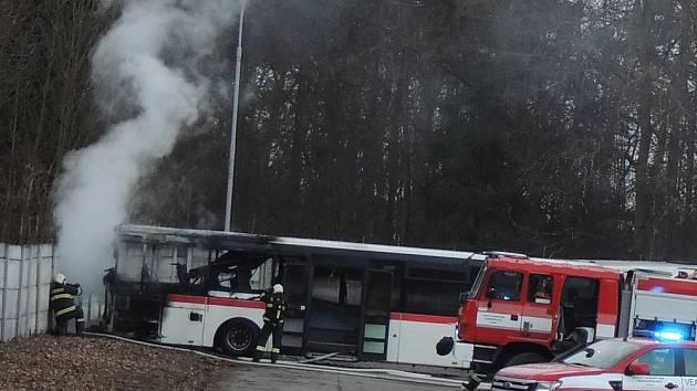 Požár autobusu v areálu kladenské ČSAD MHD zlikvidovali hasiči za pár minut.