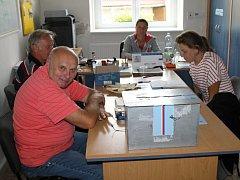 Lidé přišli v Líském do volební místnosti o víkendu v mimořádném termínu, aby mohlo zastupitelstvo opět fungovat.