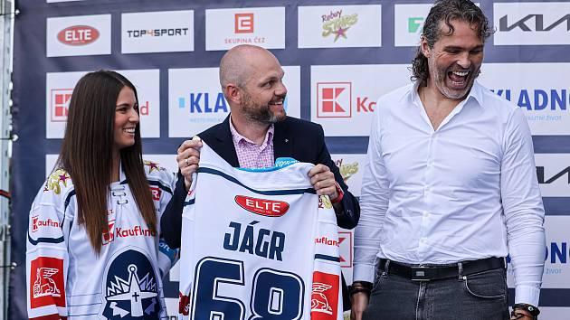 Nový dres Kladna představil i Jaromír Jágr a šéf Kauflandu Martin Piterák .