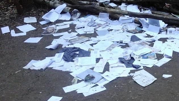 Adresáti se dopisů nedočkali, zloděj je zahodil v kladenském lesíku.