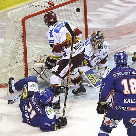 Radek Bělohlav (v pádu) otvírá skóre zápasu.