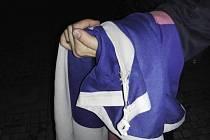 Při manipulaci došlo k poškození vlajky.