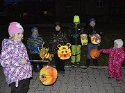 Švermovem prošel tradiční lampionový průvod.