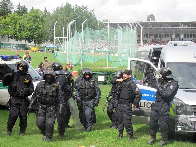 PŘÍCHOZÍ si mohli na Sletišti v Kladně prohlédnout zásah kladenské policejní pořádkové jednotky proti neukázněným demonstrantům.