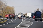 Tragická čtvrteční nehoda u Hořešovic na silnici I/7 ve směru Louny Praha. Řidič dodávky zemřel.