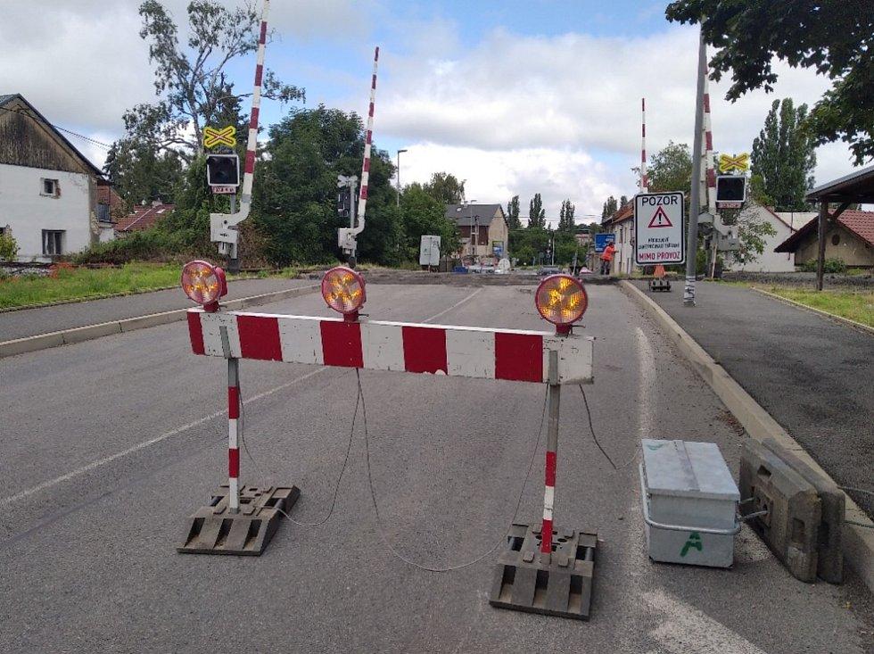 Uzavřený železniční přejezd v Kladně Na Cikánce.