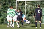 Martin Šimek kontroluje jednu z mála nebezpečných střel hostí v první půli // SK Lhota - SK Doksy 2:1 (2:0), utkání I.A. tř., 2010/11, hráno 10.10.2010