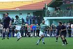 Krásný areál lhotských fotbalistů hostil  slušnou návštěvu. Derby mělo správnou atmosféru. // SK Lhota - SK Doksy 2:1 (2:0), utkání I.A. tř., 2010/11, hráno 10.10.2010