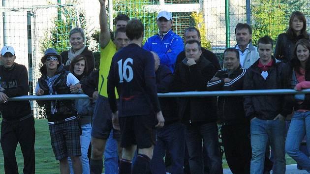 Sudí pudil uděluje žlutou Ondřeji Burantovi // SK Lhota - SK Doksy 2:1 (2:0), utkání I.A. tř., 2010/11, hráno 10.10.2010