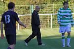 Trenér hostujících Dokes Škvára kráčí o poločase do kabin, jistě má svěřencům za stavu 2:0 co říci // SK Lhota - SK Doksy 2:1 (2:0), utkání I.A. tř., 2010/11, hráno 10.10.2010