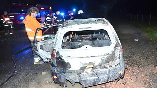 Vozidlo okamžitě pohltily plameny a začalo hořet v plném rozsahu.
