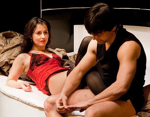 Na scéně se v nové hře Městského divadla v Kladně zcela otevřeně o sexu hovoří, dochází zde ke komickým situacím, někdy až  černohumorným.