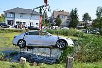 Lexuse vyprostili z rybníku kladenští hasiči