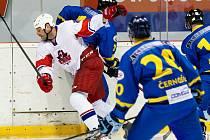 Skvělý hráč HK lev Slaný Stanislav Lapáček (v bílém) oslavil čtyřicítku.