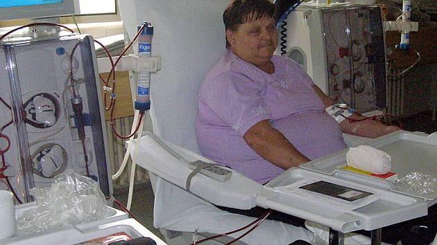 Kladenské dialyzační středisko funguje už od roku 1992. Stejně jako desítky jiných pacientů sem již přes rok třikrát do týdne dochází i Růžena Zelenková.