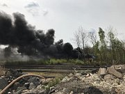 Obrovský černý dým se vznáší od sobotního poledne nad Kladnem. V průmyslové ulici v Kladně v areálu bývalé Poldovky někdo zapálil skládku asi 500 pneumatik.