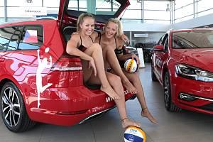 Michaela Kubíčková (vlevo) a Michala Kvapilová v kladenském autosalonu. Probojují se do Tokia?