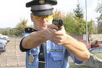 Závody kladenských strážníků ve střelbě.