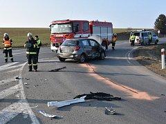Nehoda tří vozidel se stala na křižovatce u Knovíze.