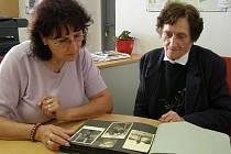 Marie Cincibusová, rozená Koudelková, si spolu se svou dcerou Libuší prohlíží album fotografií pořízených v letech 1942 a 1943 v Norimberku.