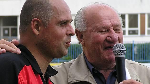 Josef Knespl (vpravo) moderoval odpoledne ve Slaném perfektně. Tady zpovídá bývalého výtečného borce SK Renera.