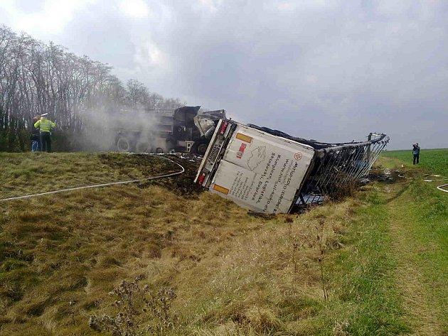 Při nehodě náklaďáků na I/16 u Velvar uhořeli dva lidé
