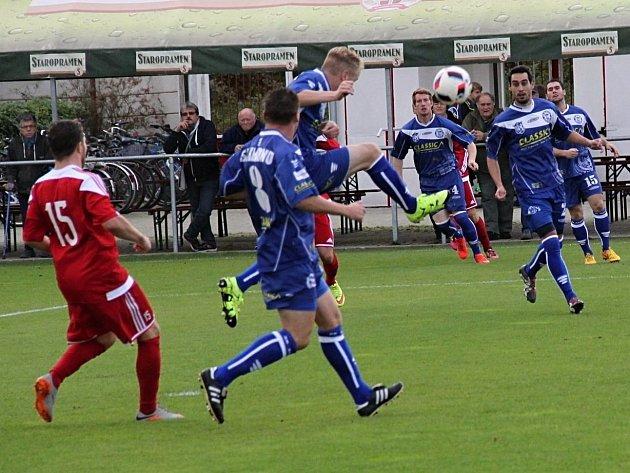 Brozany (v červenobílém) porazily doma Kladno 3:0.