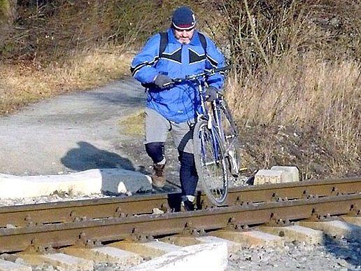 Problém odstraní. Do konce března bude  postavený přechod na cyklostezce v lesoparku Lapák v Kladně.  Podobný obrázek už vídat nebudeme.