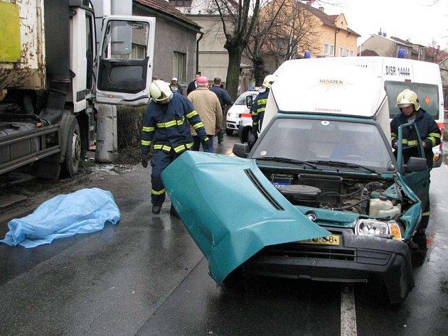 K tragické havárii došlo v Kladně- Švermově. Řidič kamionu zřejmě zkolaboval těsně před havárií.