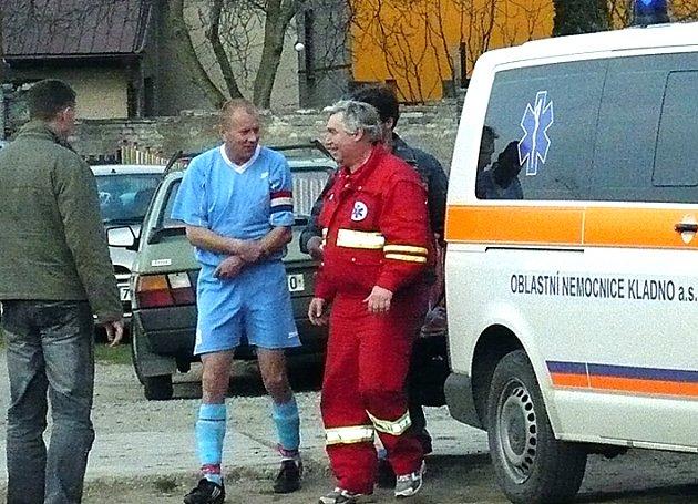 Fotbalisté Otvovic přišli na nějký čas o kapitána Leoše Denka. V utkání ve Hřebči si zřejmě vymknul loket.