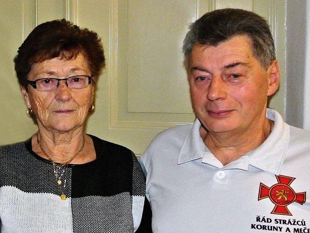 Předsedkyně oblastního spolku ČČK Stanislava Klicmanová Maříková a oceněným Miroslavem Fišerem - Zlatý kříž ČČK 2. stupně za 120 bezpříspěvkových odběrů krve