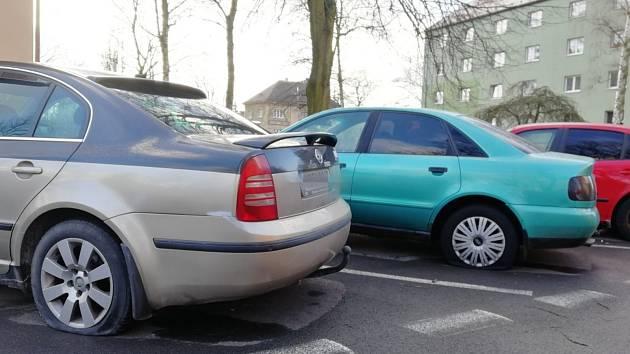 Pachatel v Kladně propíchal pneumatiky u nejméně jedenácti aut. Foto:Deník/Kateřina Nič Husárová