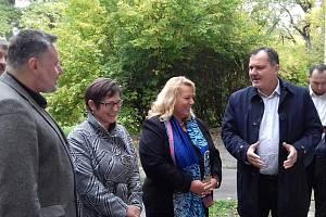 Návštěva ministryně Kláry Dostálové ve Slaném. Místa, která potřebují finanční podporu, si osobně prohlédla.