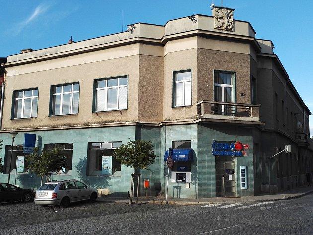 VELVARŠTÍ dělají vše pro to, aby pobočka České spořitelny zůstala ve městě zachována. Jedním z kroků je i petice v podobě výzvy občanů Velvarska k vedení spořitelny.